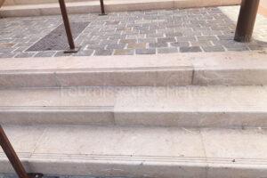 Escalier public en pierre calcaire